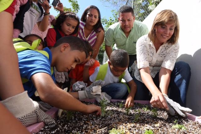 Primera Dama incentiva a jóvenes al visitar escuela ecológica en Culebra