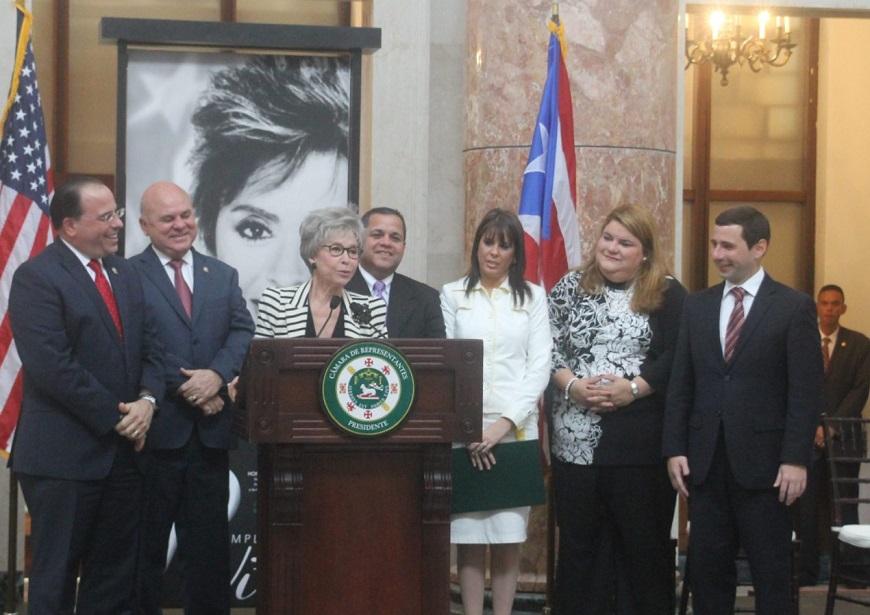 Desborda la emoción a Rita Moreno durante homenaje
