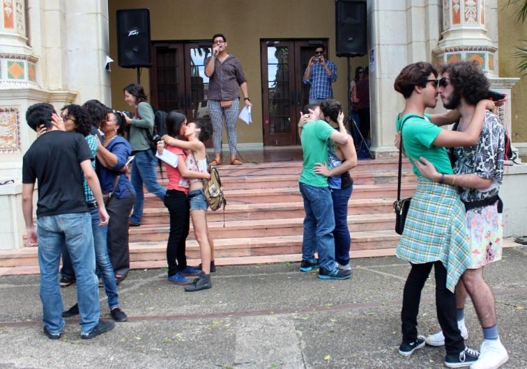 """""""Besada"""" de Día de San Valentín en contra de la homofobia"""