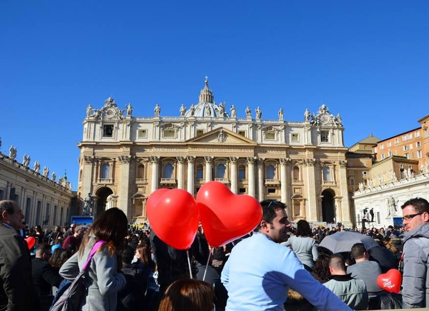 Papa reúne a 10 mil parejas de novios en la Plaza de San Pedro