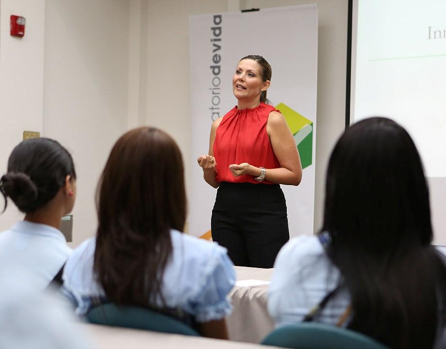 Primera Dama recibe a alumnas de Salinas para conversatorio