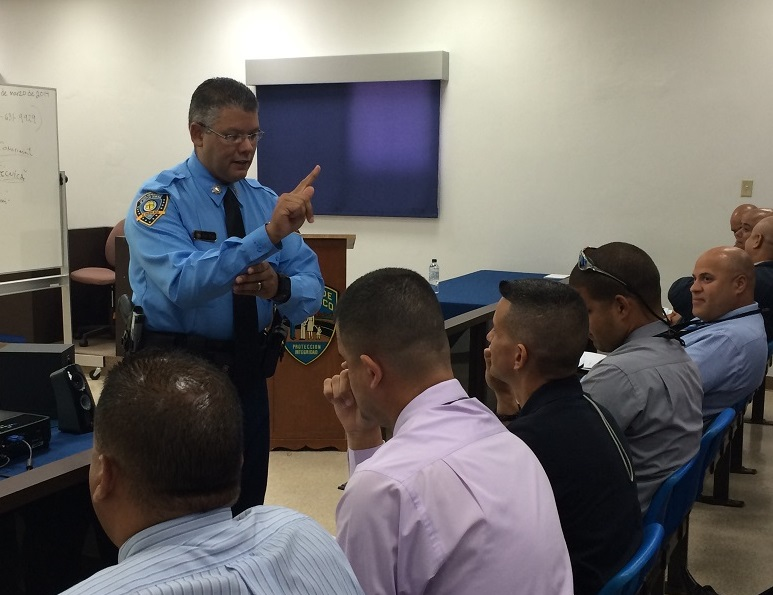 Unos 120 policías aprenden lenguaje de señas para intervenciones con sordos