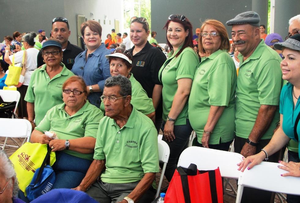 Familia celebra feria de servicios para adultos mayores