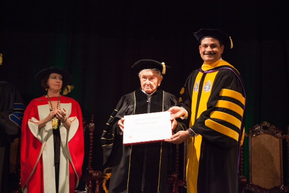 Otorga UPR doctorado Honoris Causa a Francisco Carvajal