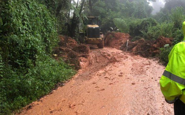 Alcalde atiende emergencia de 12 familias incomunicadas por derrumbes en Utuado